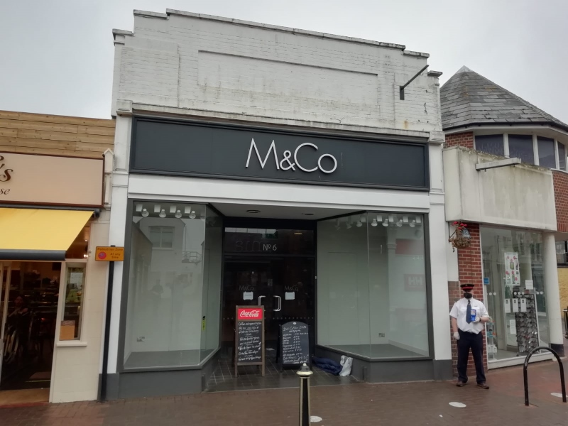 An extensive and prominent retail unit in the popular harbour town of Cowes