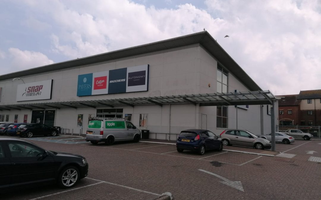 An extensive, modern commercial unit, available now on a new lease – the occupying business is unaffected.